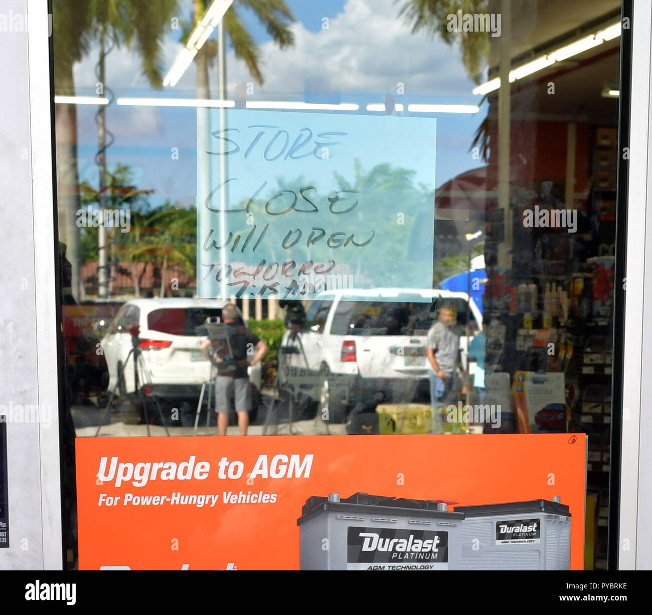 Florida, USA. 26th Oct, 2018. NO NEW YORK PAPERS  PLANTATION, FL - OCTOBER 26: The AutoZone at 801 S. State Road 7 is seen where Cesar Sayoc, a 56-year-old man from Aventura, Florida was arrested in the possible connection with pipe bombs being mailed to critics of President Donald Trump on October 26, 2018 in Plantation, Florida. The pipe bomb devices have been recovered in New York, Washington D.C., California and South Florida, all with the return address of Debbie Wasserman-Schultz's office.   People:  AutoZone Credit: Storms Media Group/Alamy Live News - Stock Image