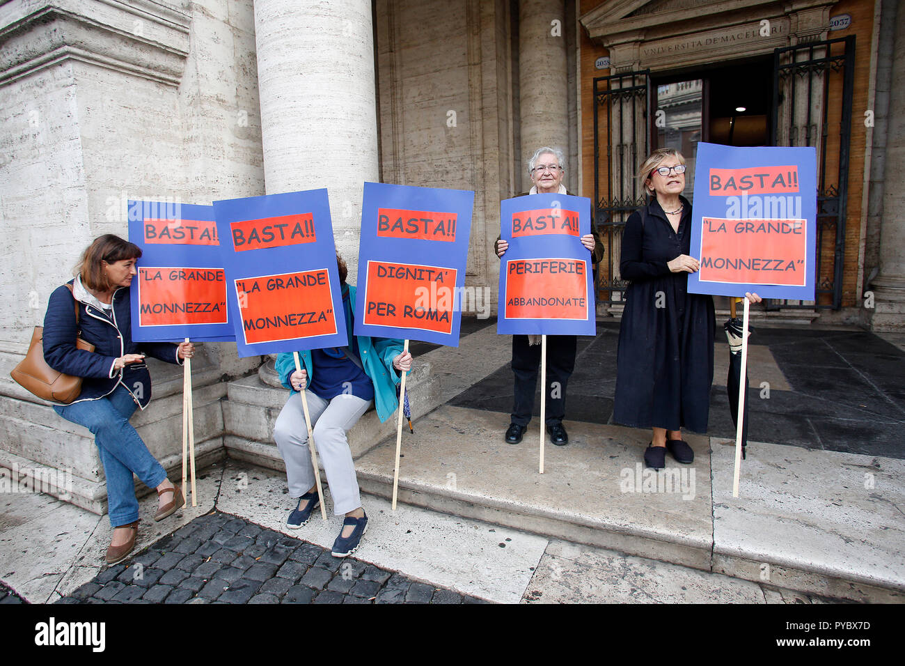 Rome, Italy. 27th Oct, 2018. Cartelli banners Rome October 27th 2018. Campidoglio Square. Demonstration of roman citizens agains the mayor and against the deterioration and the huge problems that have been afflicting Rome during the last months, like garbage, carelessness and huge and dangerous holes in the streets. The sit-in was organized by 6 women that created the movement 'Rome says Stop'. Foto Samantha Zucchi Insidefoto Credit: insidefoto srl/Alamy Live News - Stock Image