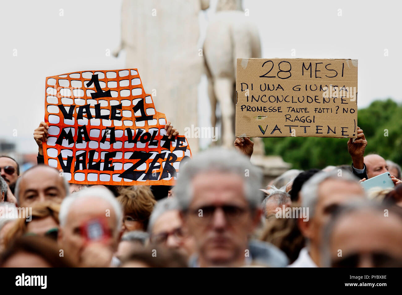 Rome, Italy. 27th Oct, 2018. banners Rome October 27th 2018. Campidoglio Square. Demonstration of roman citizens agains the mayor and against the deterioration and the huge problems that have been afflicting Rome during the last months, like garbage, carelessness and huge and dangerous holes in the streets. The sit-in was organized by 6 women that created the movement 'Rome says Stop'. Foto Samantha Zucchi Insidefoto Credit: insidefoto srl/Alamy Live News - Stock Image
