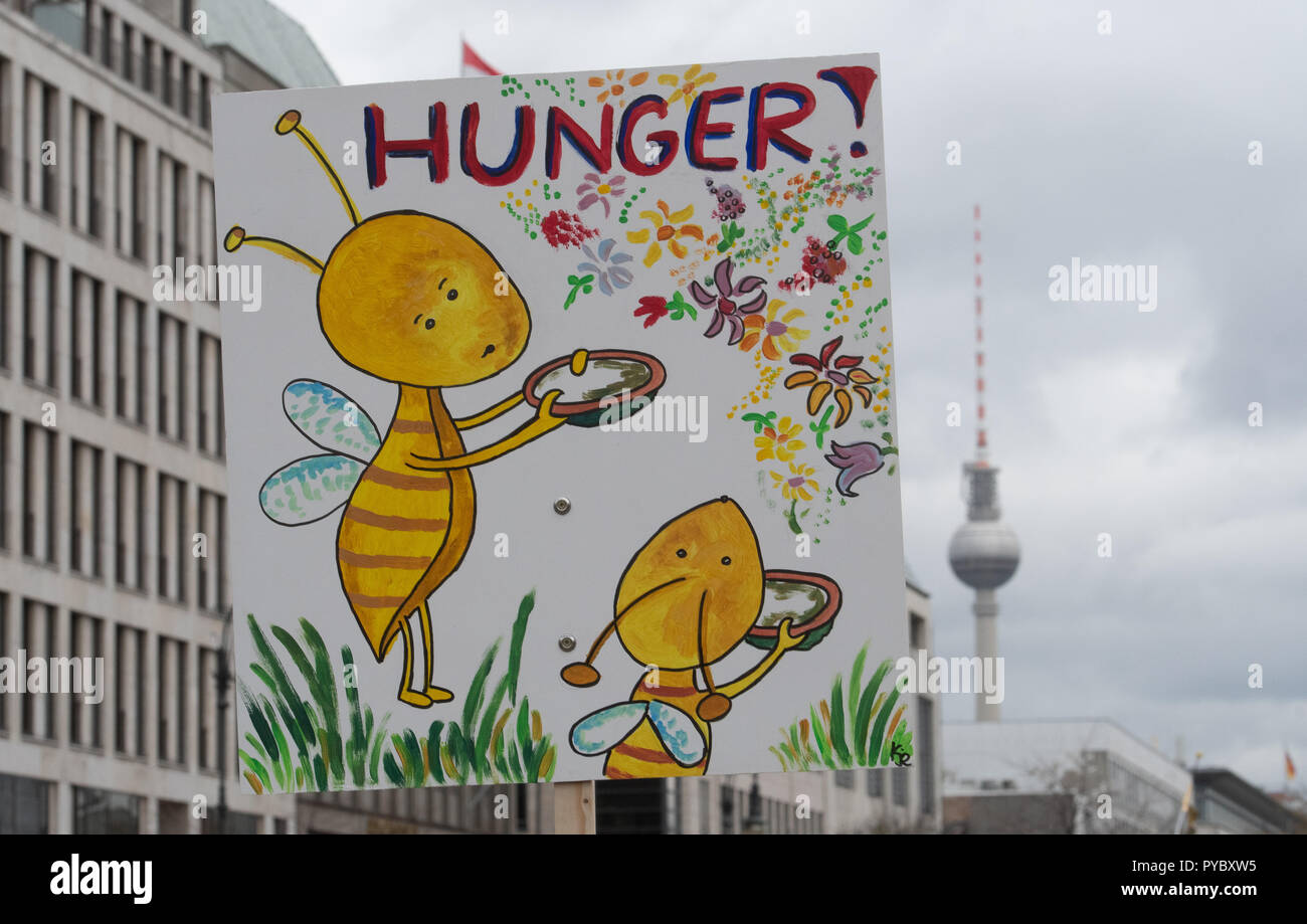 Berlin, Germany. 27th Oct, 2018. 'Hunger!' written on a sign at a protest rally for sustainable agricultural subsidies of the 'we have enough' alliance with the motto 'Steam for bee-friendly agriculture' at the Brandenburg Gate. Credit: Paul Zinken/dpa/Alamy Live News - Stock Image