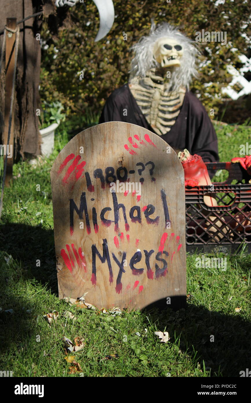 Michael Myers 1980-? tombstone as creative Halloween lawn decorations. - Stock Image