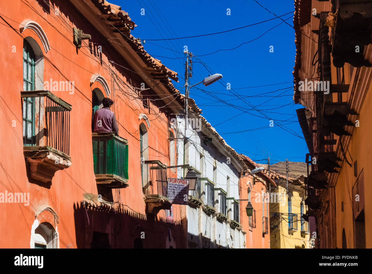 Potosi, Bolivia - Colonial streets with the backdrop of the Cerro Rico mountain - Stock Image