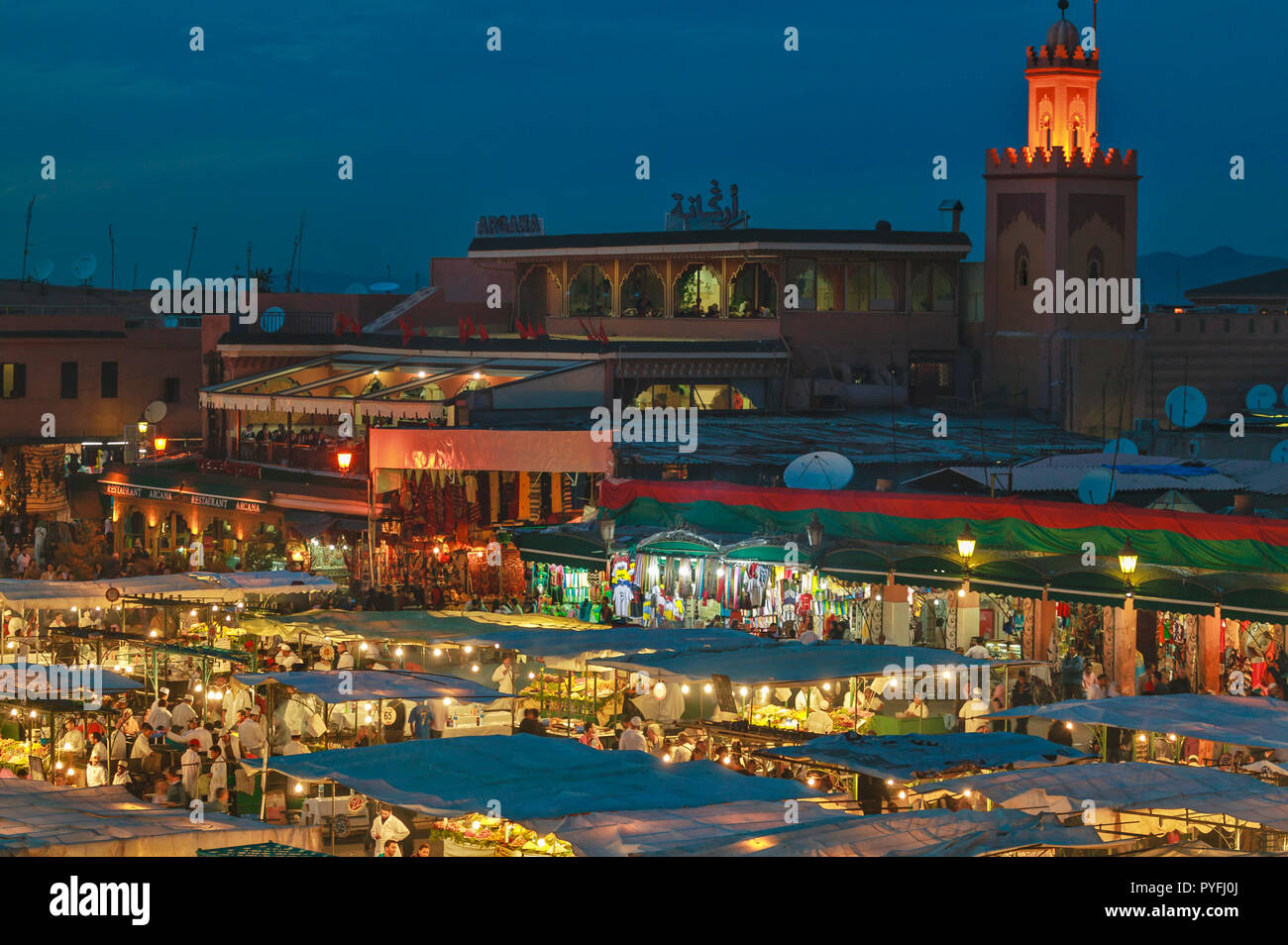 MOROCCO MARRAKECH JEMAA EL FNA THE SQUARE AND FOOD MARKET AT NIGHT WITH MOSQUE TOWER - Stock Image