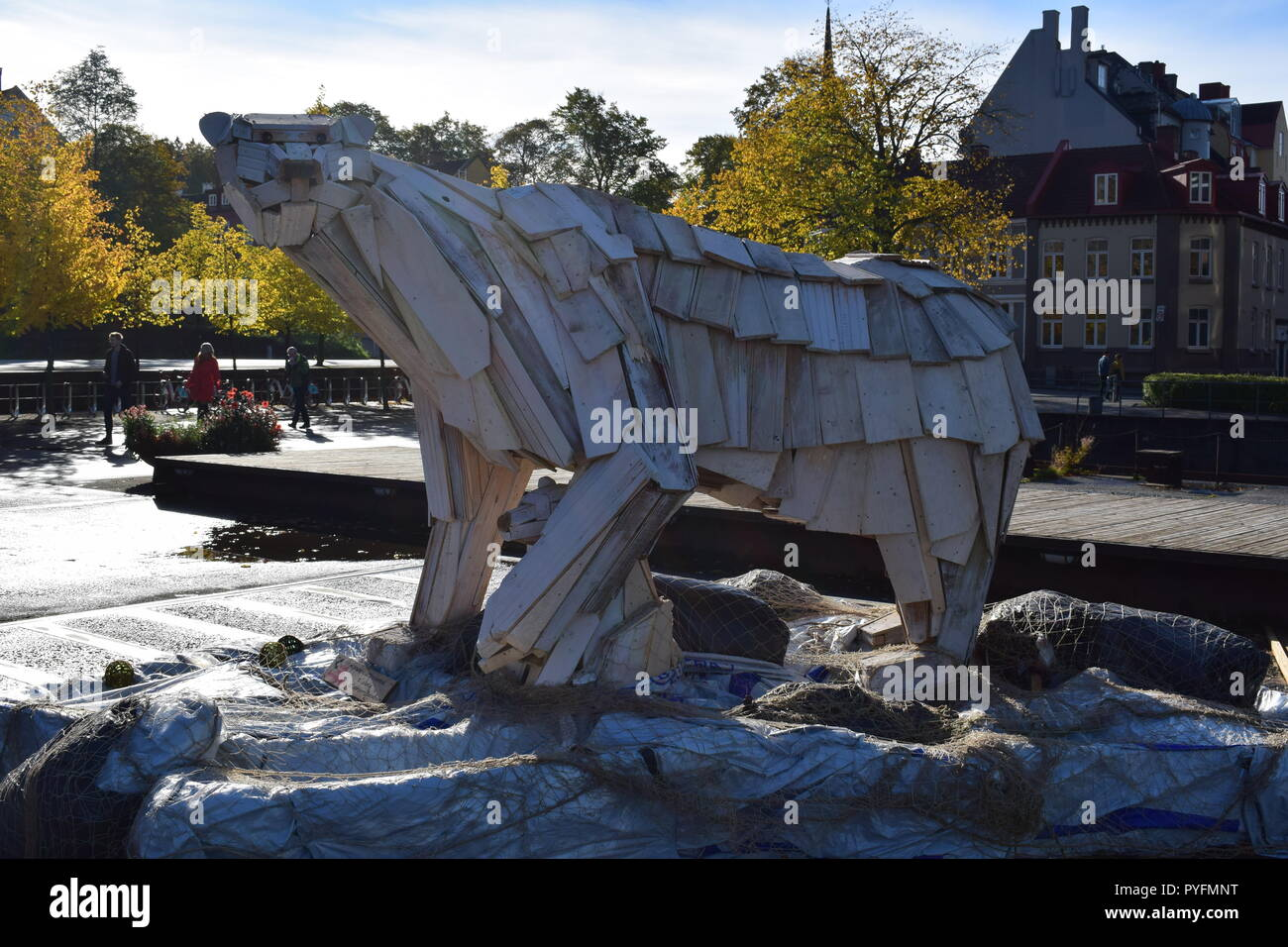 Polar bear with a cub, sculptures made of recycled wood planks, Solsiden , Trondheim , Norway - Stock Image