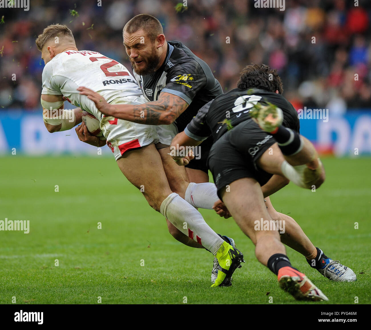 Hull, UK, 27 10 2018. 27 October 2018. KCOM Stadium, Hull, England; Rugby League Dacia International, England vs New Zealand; Tommy Makinson drives the ball away from his own line.  Photo:Dean Williams Credit: Dean Williams/Alamy Live News Stock Photo