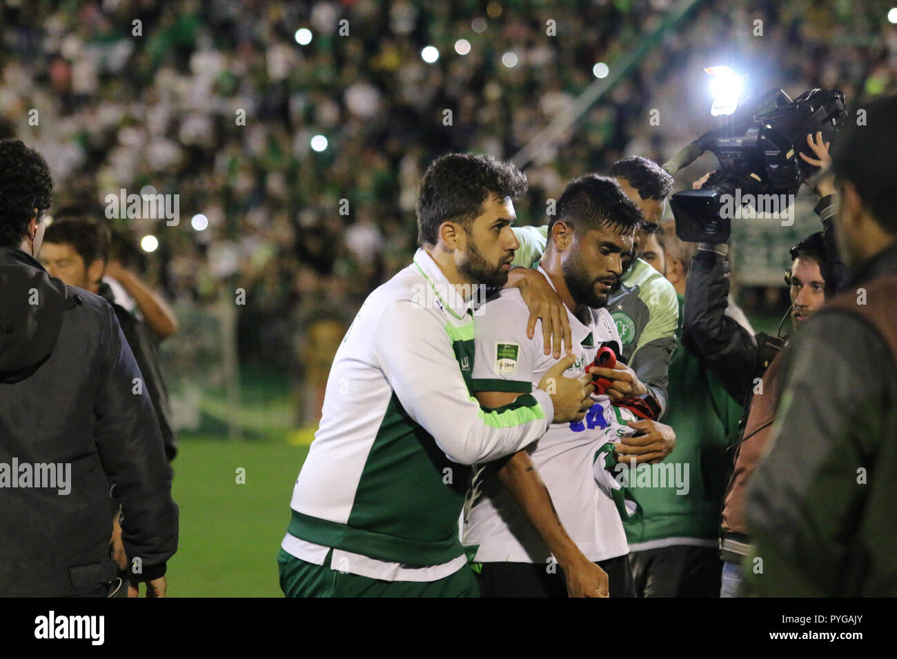 SC - Chapeco - 27/10/2018 - Brazilian A 2018, Chapecoense x Am rica-MG - player Luan do Am rica-MG contained by the teammates at the end of the game, tumult, at the end of the match during Arena Conda Stadium for the Brazilian championship A 2018. Photo: Renato Padilha / AGIF - Stock Image