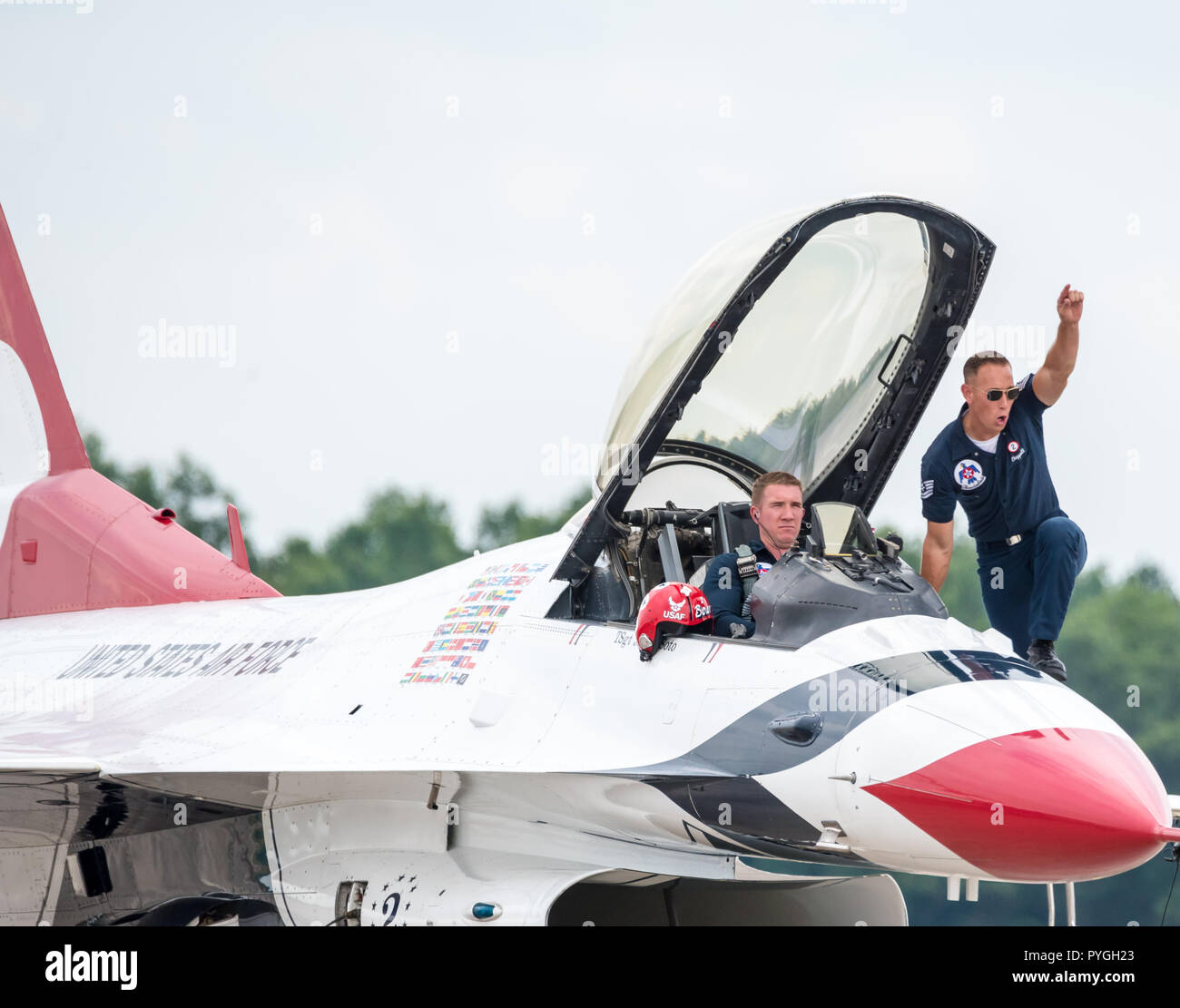 USAF Thunderbirds pilot and ground crew during the preflight check ceremony - Stock Image