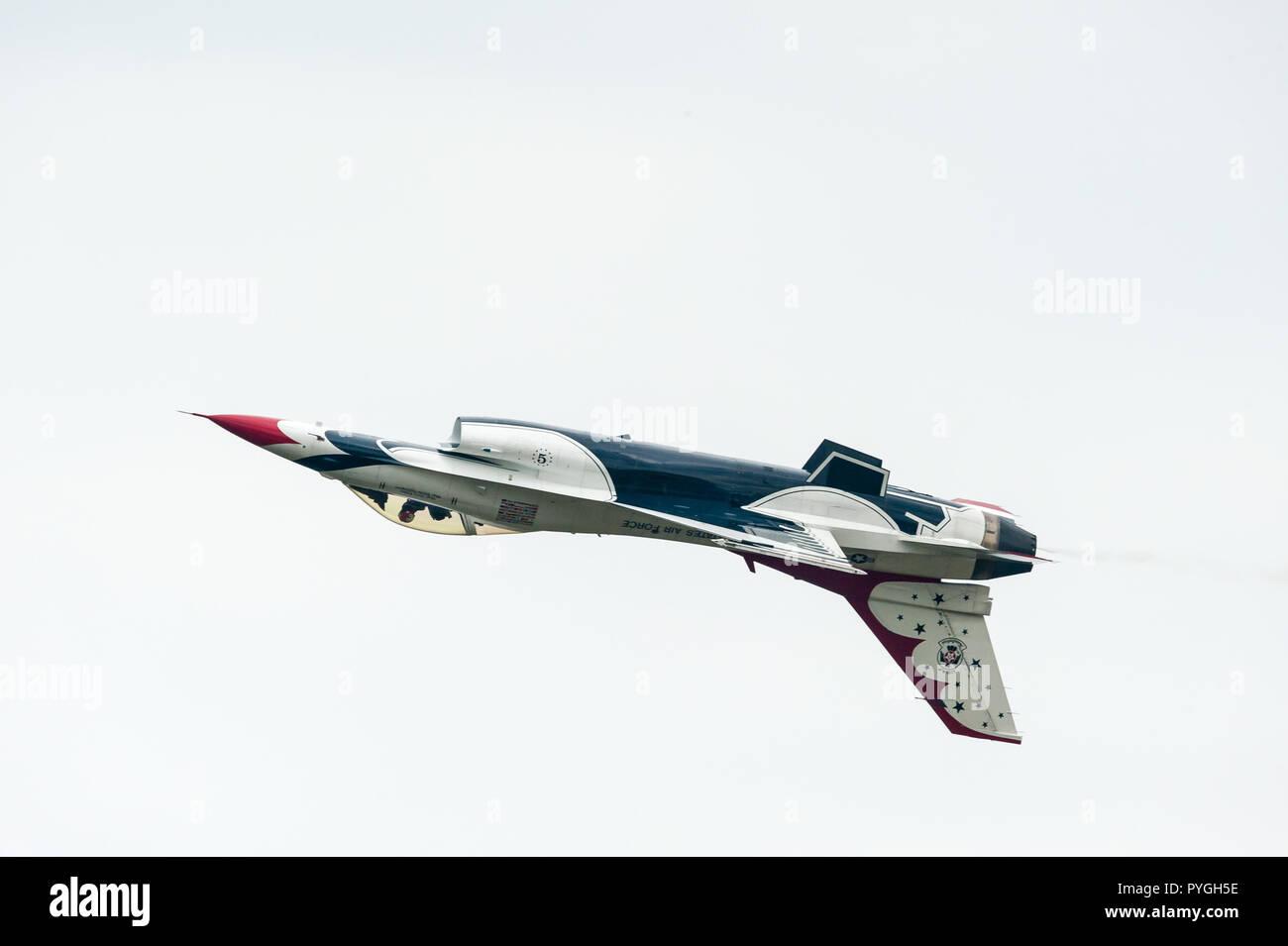 USAF Thunderbirds F16 flying inverted - Stock Image