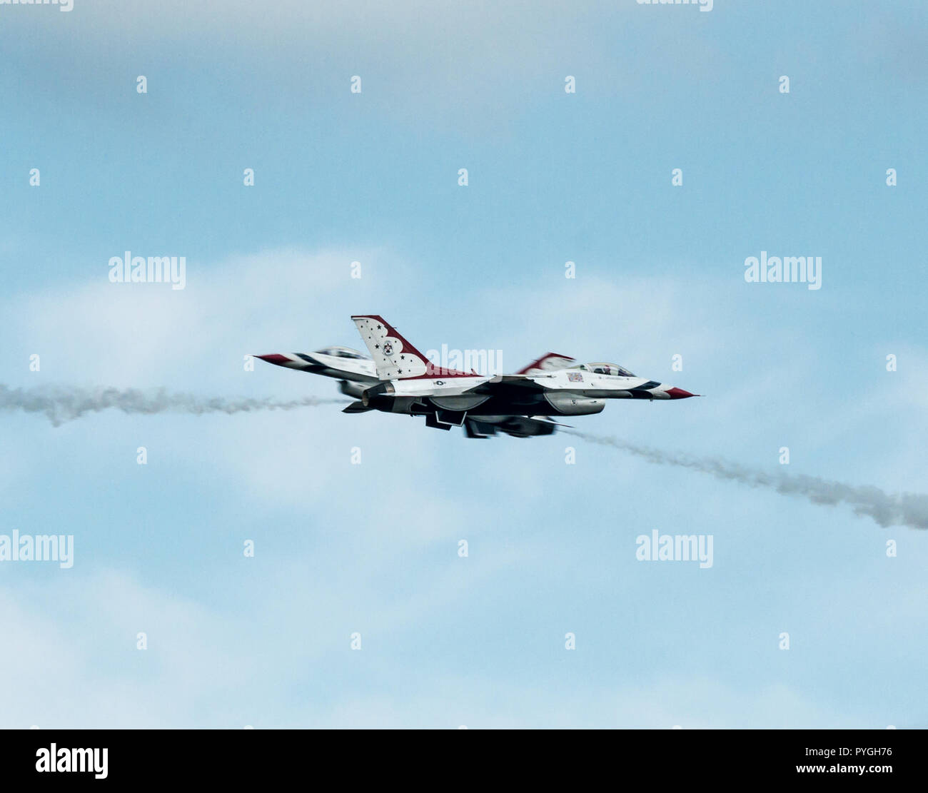 US Airforce Thunderbirds performing a Opposing Head-On pass at the Westfield International Airshow - Stock Image