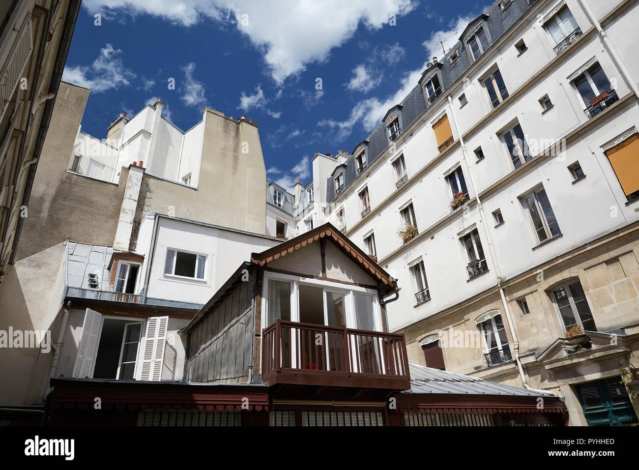 Paris, Ile-de-France, France - View into a densely built backyard in the Rue des Francs Burgeois. - Stock Image