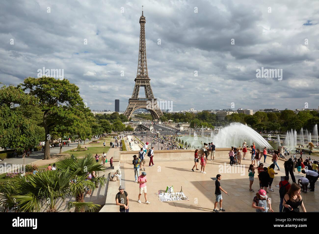 Paris, Ile-de-France, France - View from the terraces of the Jardins du Trocadéro to the Eiffel Tower. - Stock Image