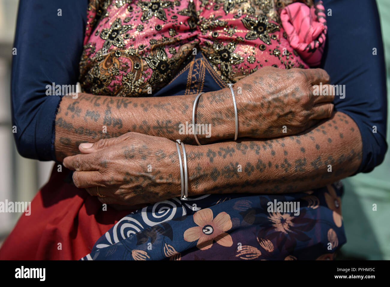 Traditional tattoos on the hands of a Rabari woman in Dwarka, Gujarat, India - Stock Image