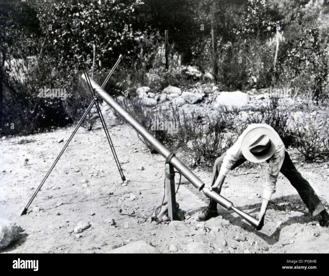 doctor-goddard-robert-h-loading-a-1918-version-of-the-bazooka-of-world-war-ii-at-mt-wilson-obs-california-PYJ8HB.jpg
