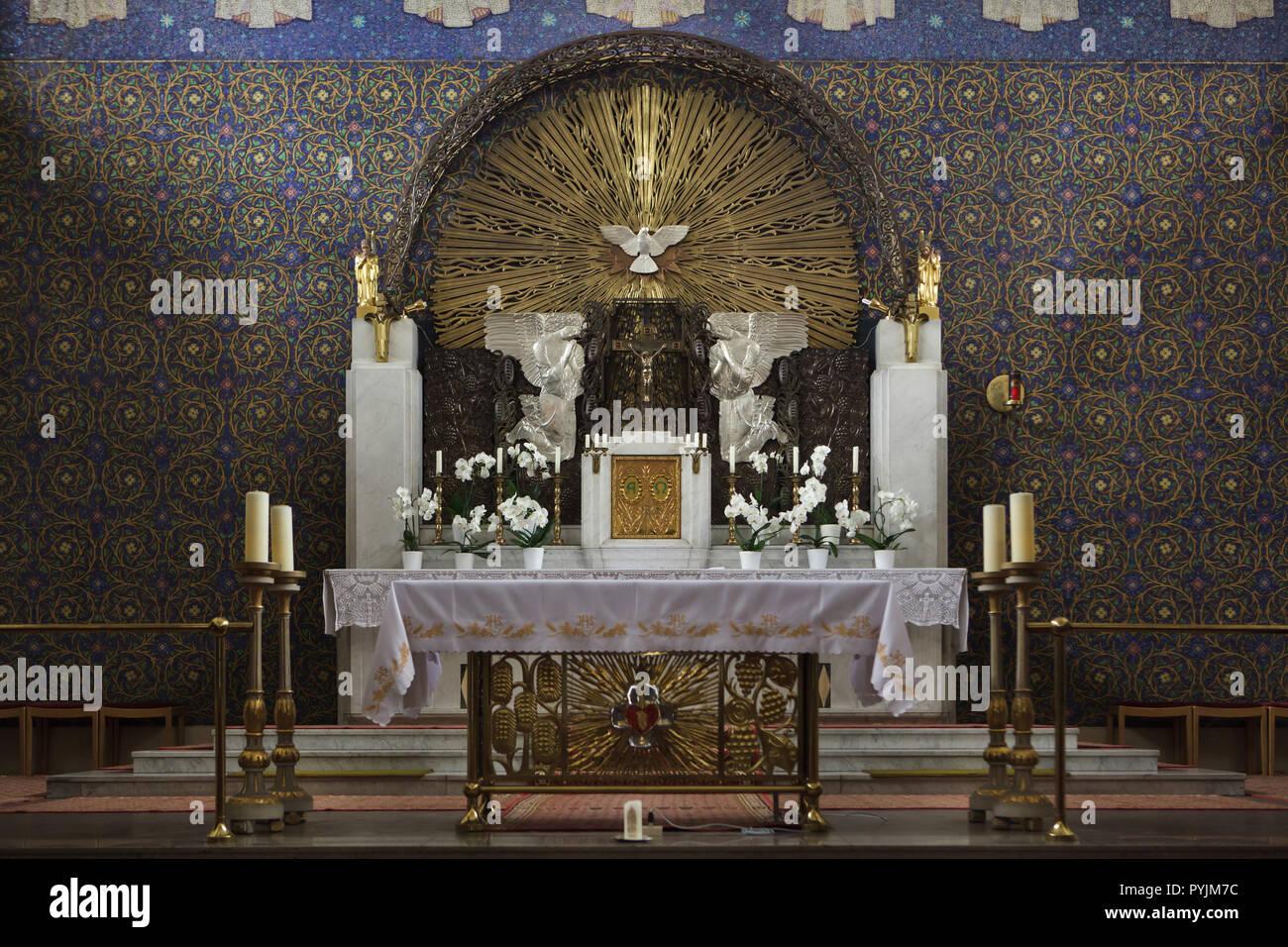 Main altar of the Heilig-Geist-Kirche (Church of the Holy Spirit) designed by Slovenian modernist architect Jože Plečnik (1911) in Ottakring destrict in Vienna, Austria. Stock Photo