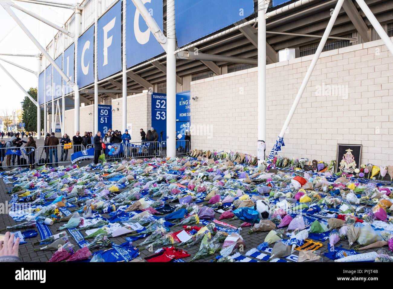 Leicester, UK. 28th Oct 2018. Football fans left tributes and flowers outside Leicester City's King Power Stadium on Sunday, October 28, 2018 after a helicopter carrying the owner of the football club, Vichai Srivaddhanaprabha, crashed shortly after taking off from the stadium. It was later announced that Mr Srivaddhanaprabha and four others were killed in the crash. Credit: Christopher Middleton/Alamy Live News - Stock Image