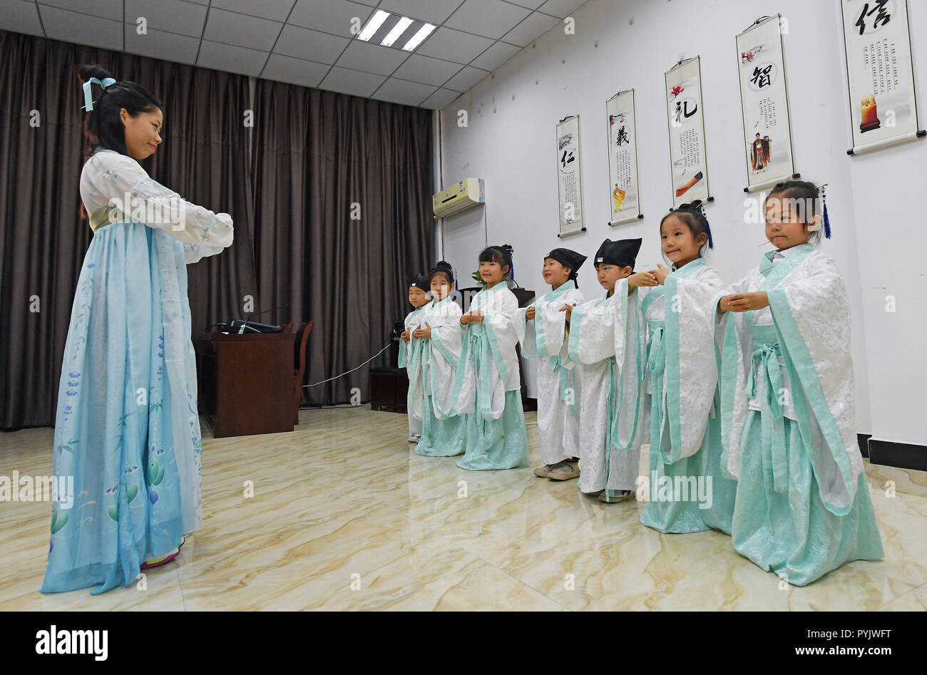 Yingtan, China's Jiangxi Province. 28th Oct, 2018. Students learn traditional etiquette at a community center in Yingtan City, east China's Jiangxi Province, Oct. 28, 2018. The community offers classes on traditional Chinese culture once a week for children as extracurricular activities. Credit: Wan Xiang/Xinhua/Alamy Live News - Stock Image