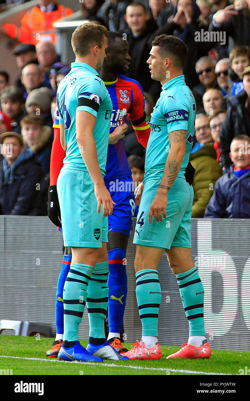 London, UK. 28th Oct, 2018. Cheikhou Kouyate of Crystal Palace (c) squares up to Rob Holding (L) and Granit Xhaka of Arsenal (R). Premier League match, Crystal Palace v Arsenal at Selhurst Park in London on Sunday 28th October 2018.  this image may only be used for Editorial purposes. Editorial use only, license required for commercial use. No use in betting, games or a single club/league/player publications. pic by Steffan Bowen/Andrew Orchard sports photography/Alamy Live news Credit: Andrew Orchard sports photography/Alamy Live News - Stock Image