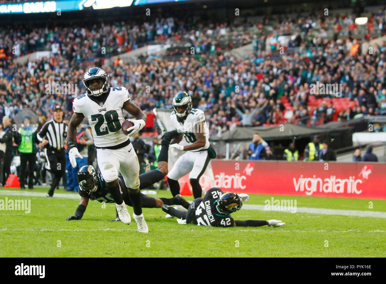 London, UK. 28 October 2018.  Philadelphia Eagles Running Back Wendell Smallwood (28) runs touch down   at the Eagles at Jaguars - credit Glamourstock Credit: glamourstock/Alamy Live News - Stock Image
