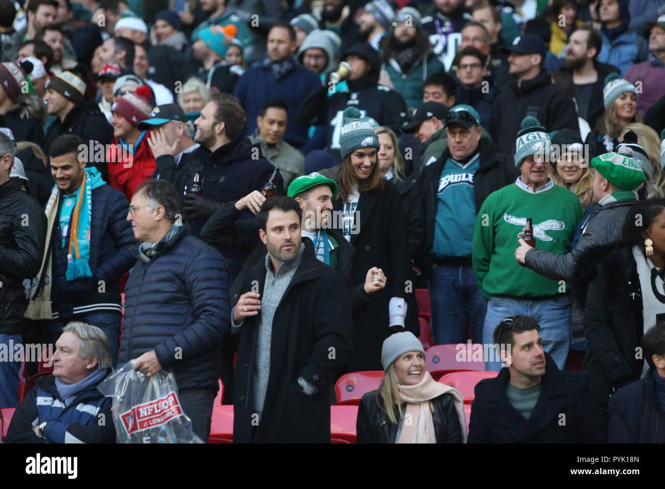 London, UK. 28 October 2018.  crowd celebrating win to Eagles  at the Eagles at Jaguars - credit Glamourstock Credit: glamourstock/Alamy Live News - Stock Image