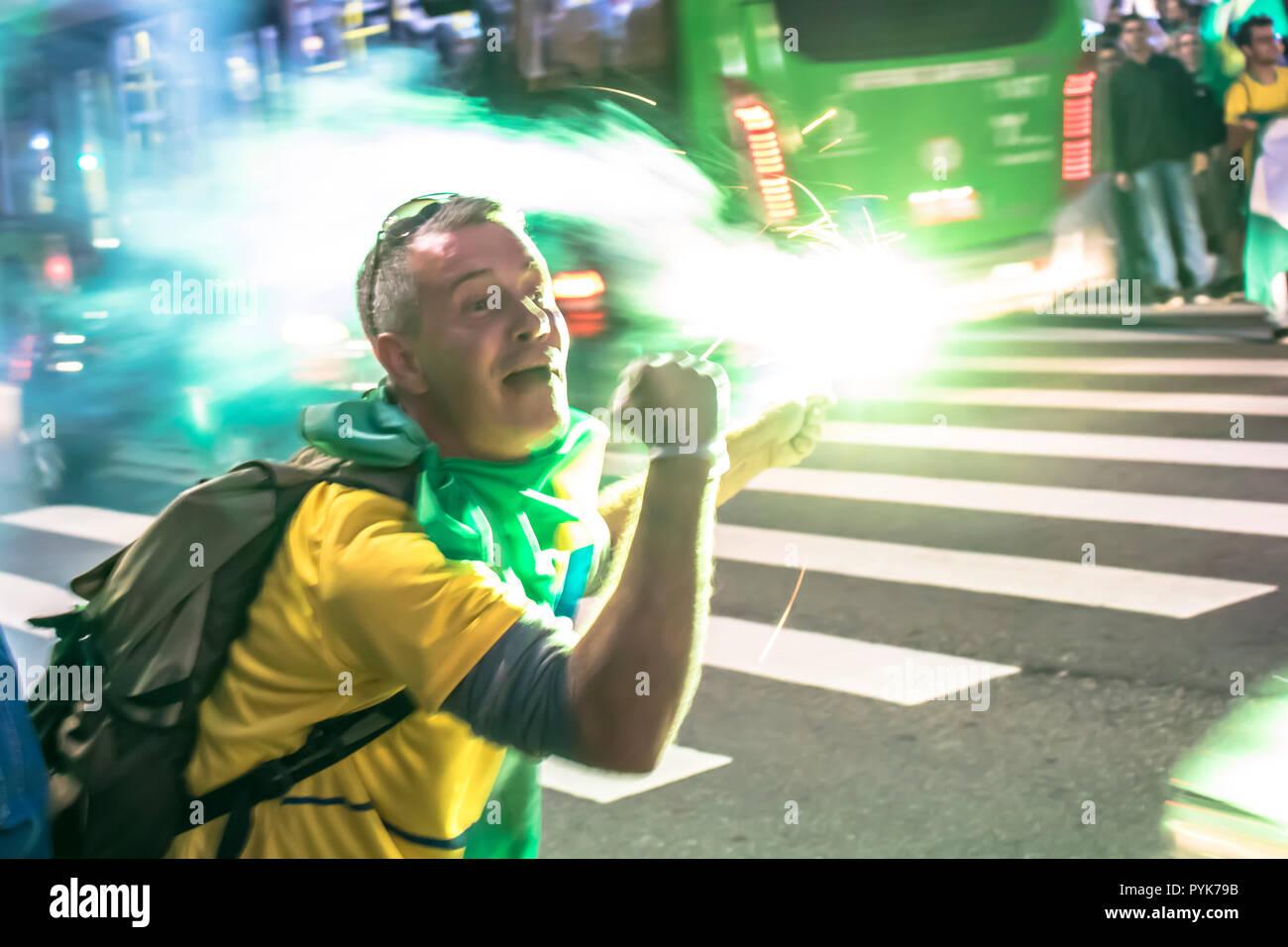 São Paulo, Brazil, October 28, 2018. Supporters celebrate Bolsonaro victory in São Paulo - Supporters of President-elect Jair Bolsonaro celebrate the candidate's victory at the Paulista Avenue. Credit: Alf Ribeiro/Alamy Live News - Stock Image