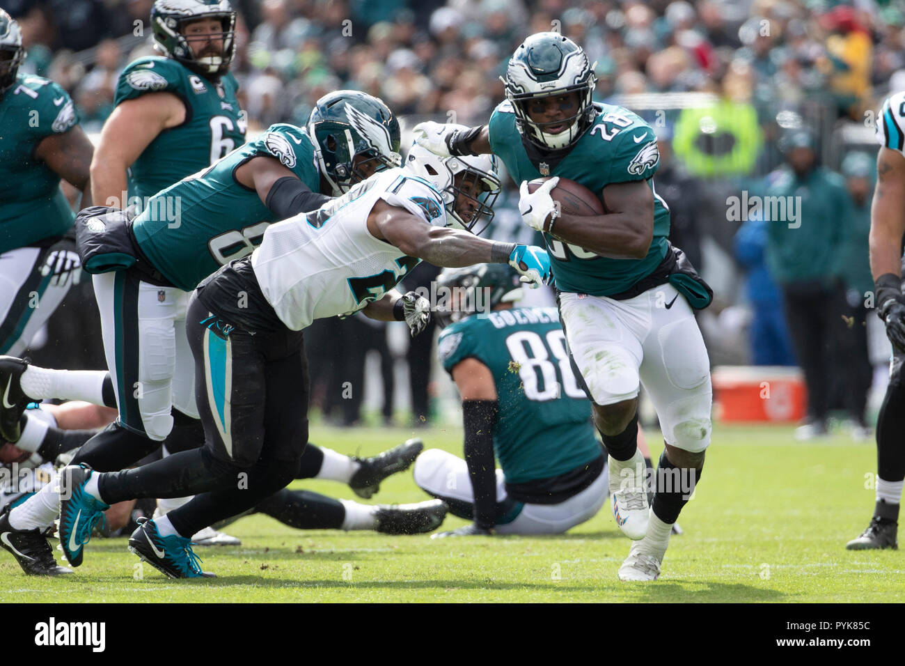 Philadelphia, Pennsylvania, USA. 21st Oct, 2018. Philadelphia Eagles running back Wendell Smallwood (28) runs with the ball during the NFL game between the Carolina Panthers and the Philadelphia Eagles at Lincoln Financial Field in Philadelphia, Pennsylvania. Christopher Szagola/CSM/Alamy Live News - Stock Image