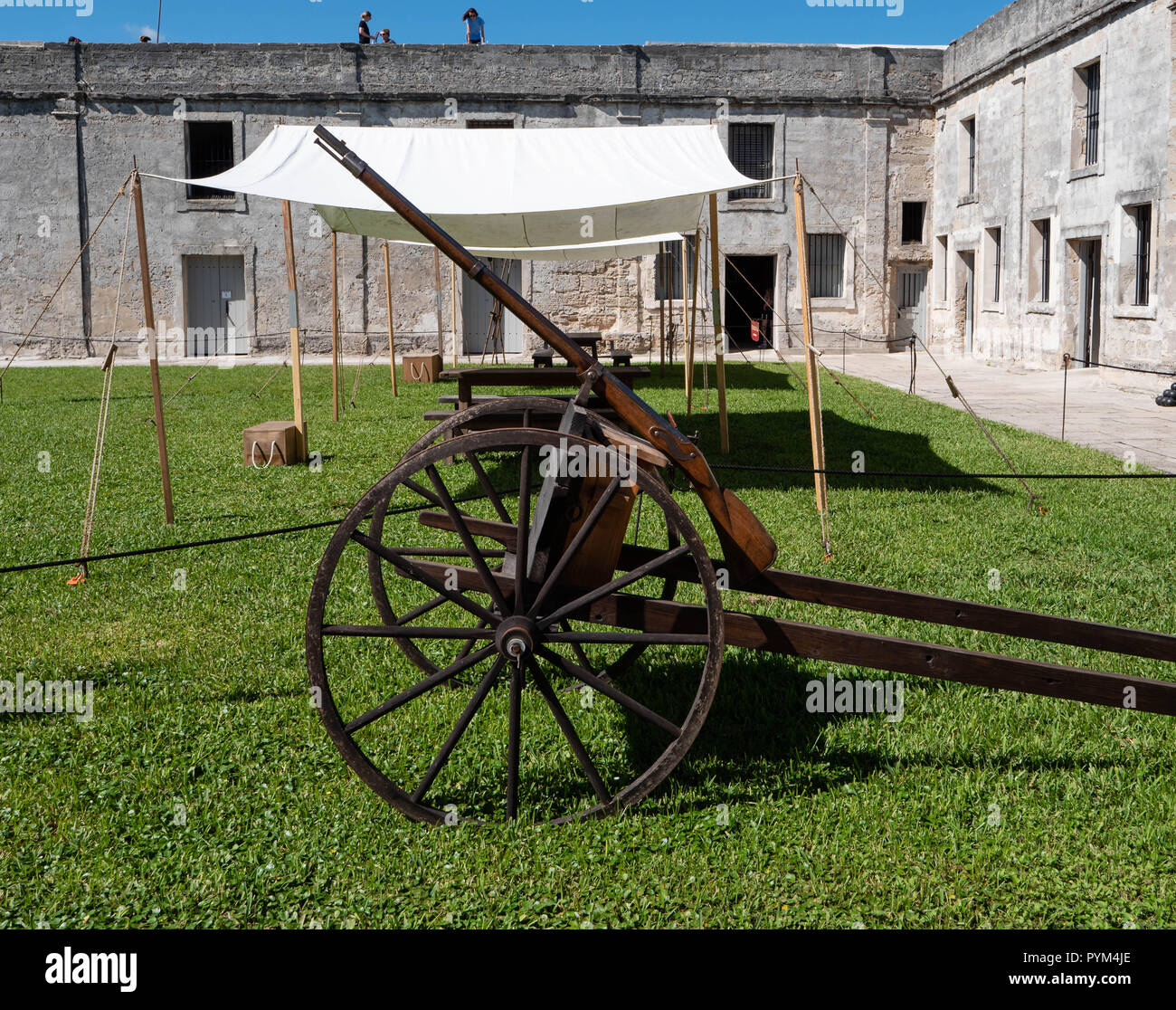 Large caliber rifle or amusette on a light gun carriage manoeuvered into position by two men - Castillo de San Marcos St Augustine Florida USA - Stock Image