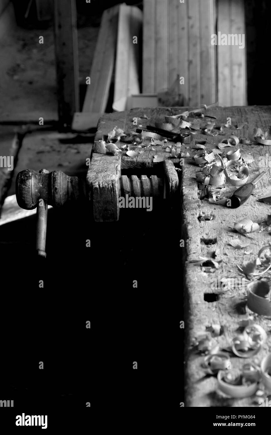 Antique wooden workbench vise and wood shavings in an old Swedish farm in northern Sweden - Stock Image