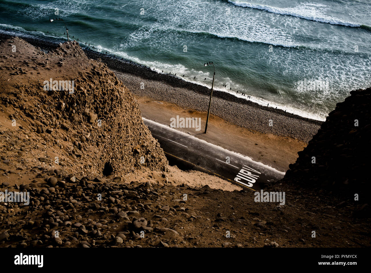 Blick von oben auf eine Küstenstraße von Lima, Peru, Südamerika - Stock Image
