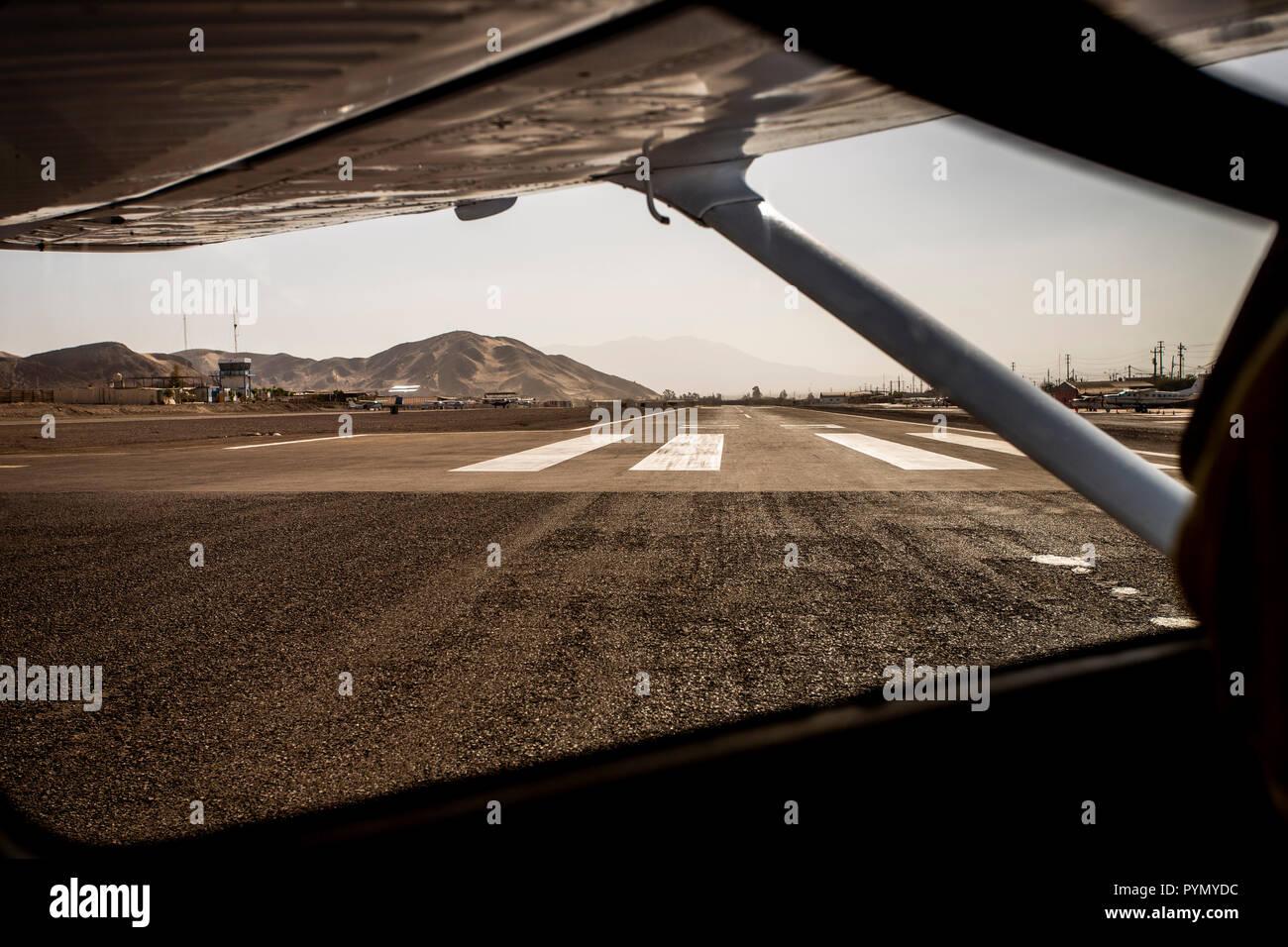Blick auf die Startbahn aus einem Flugzeug am Flughafen, Nazca , Peru , Südamerika - Stock Image