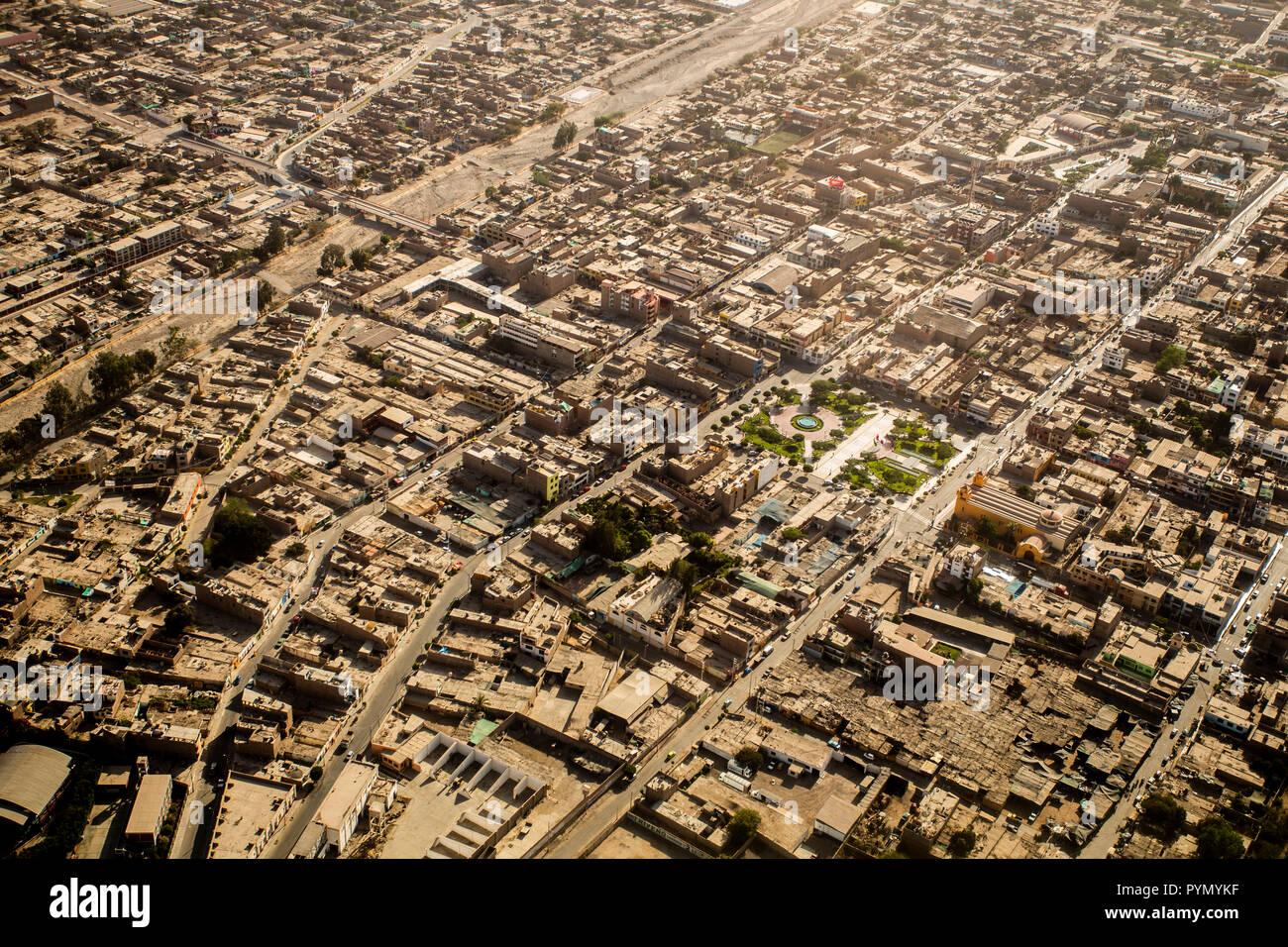 Flug über die Stadt Nasca, Nazca in Peru, Südamerika. Blick von oben bei einem Rundflug - Stock Image