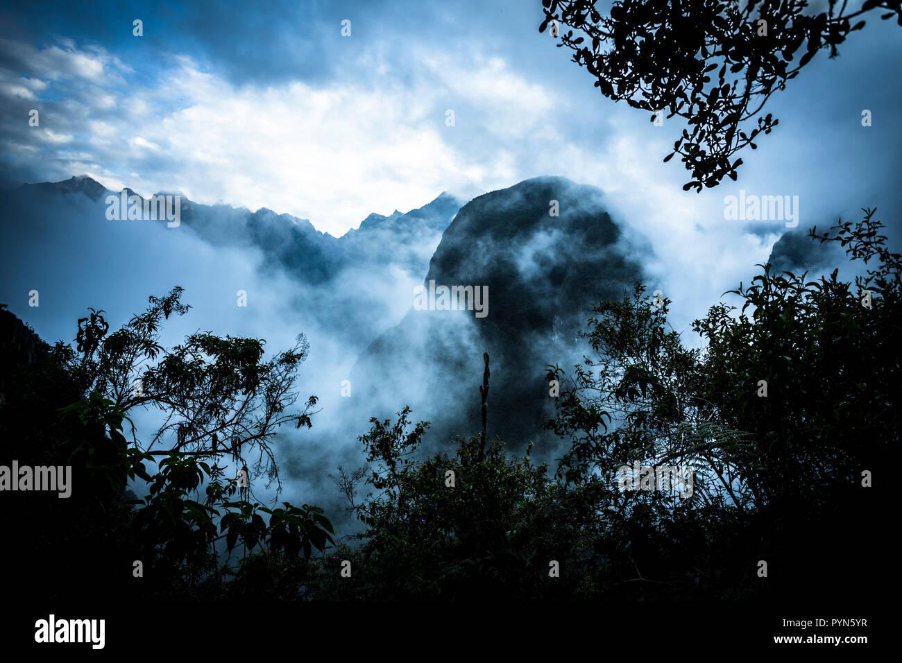 Aufstieg zu Machu Picchu in den Morgenstunden, in der Morgendämmerung , Peru, Südamerika - Stock Image