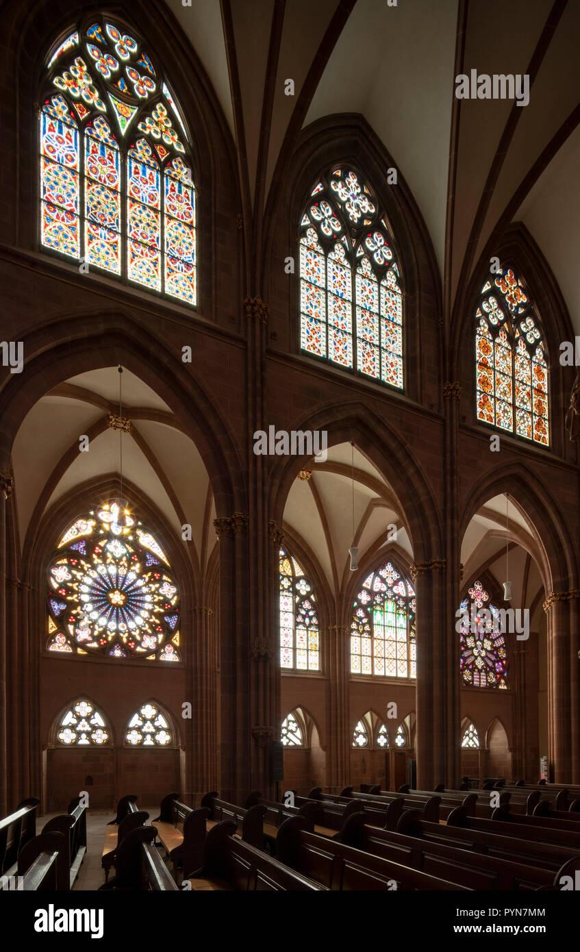 Oppenheim, Katharinenkirche, Südliche Wand des Mittelschiffs mit Fensterrosen - Stock Image