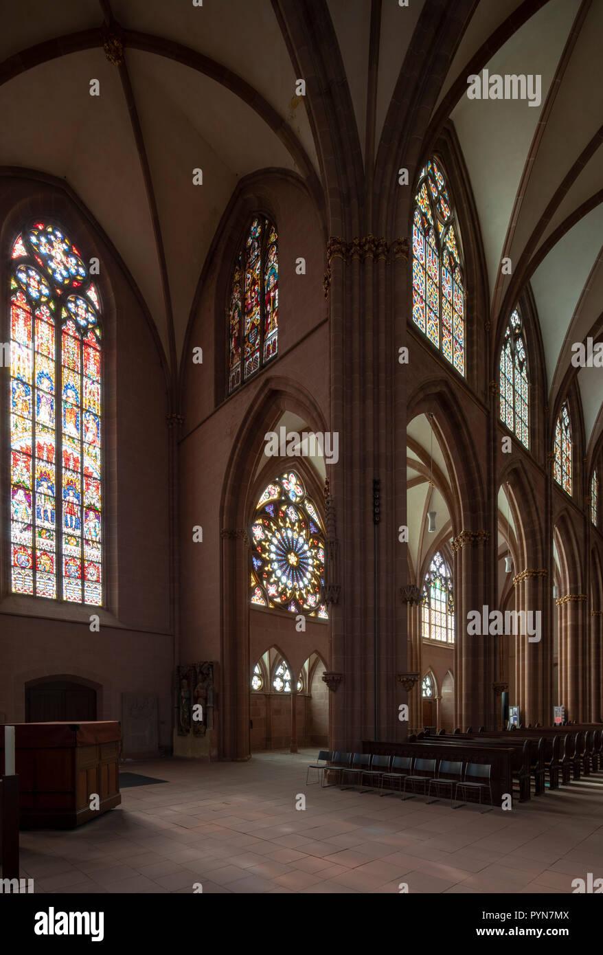 Oppenheim, Katharinenkirche, Vierung und südliches Seitenschiff mit Fensterrose - Stock Image
