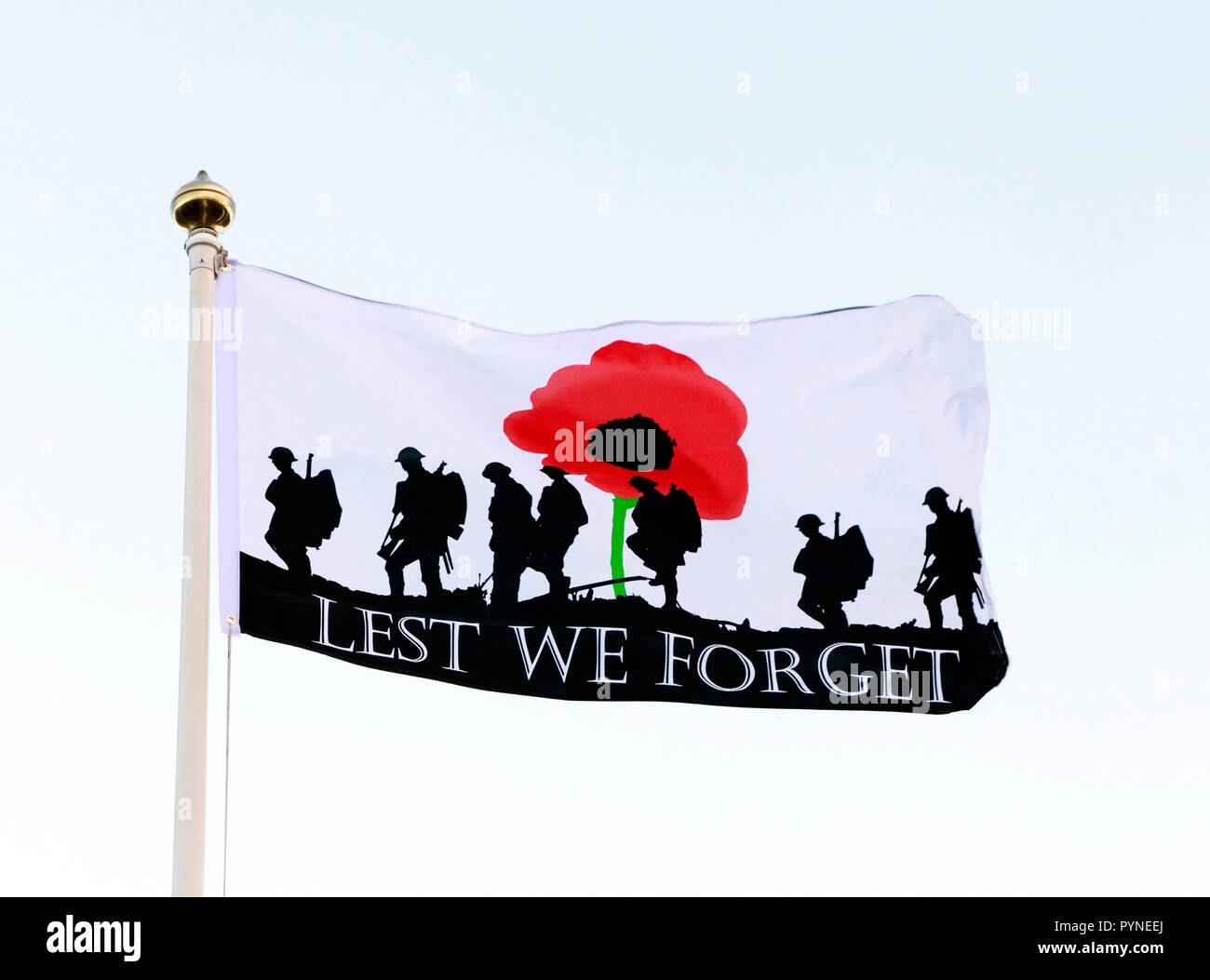 Lest We Forget, banner, flag, remembrance, red, poppy, soldiers, armed, army, England, UK - Stock Image