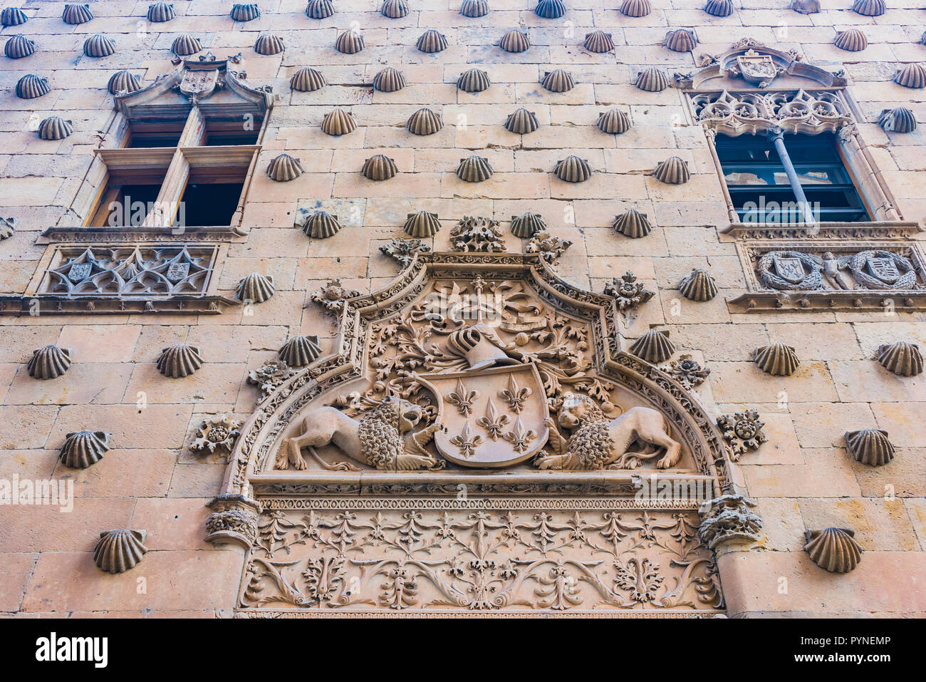 Detail, coat of arms of the Maldonado family and windows in Gothic style. The Casa de las Conchas is a historical building in Salamanca. Its most pecu - Stock Image