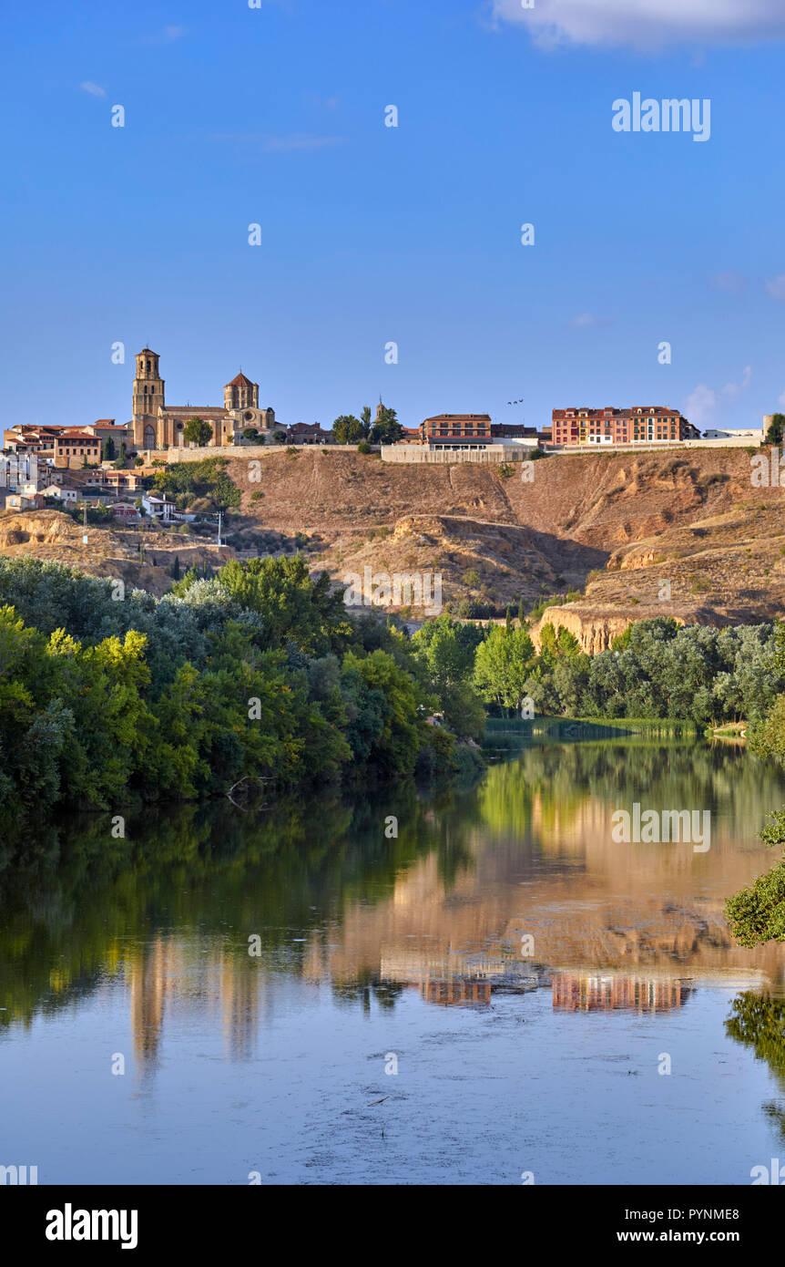 The 12th-century Colegiata de Santa Maria la Mayor and the town of Toro above the Río Duero. Castilla y León, Spain. - Stock Image