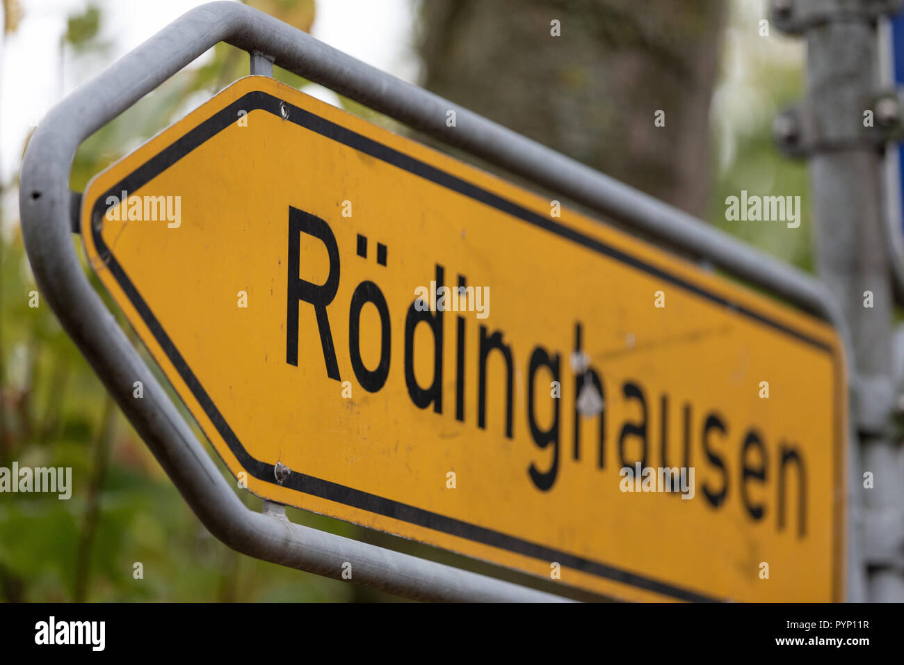 Roedinghausen, Germany. 29th Oct, 2018. Roedinghausen written on a traffic sign. SV Roedinghausen faces off against FC Bayern Munich in the 2nd round of the soccer DFB Cup. The game takes place in Osnabrueck. SV Roedinghausen is currently playing in the football regional league West. The home stadium is in the East Westphalian district of Herford in North Rhine-Westphalia. Credit: Friso Gentsch/dpa/Alamy Live News Stock Photo