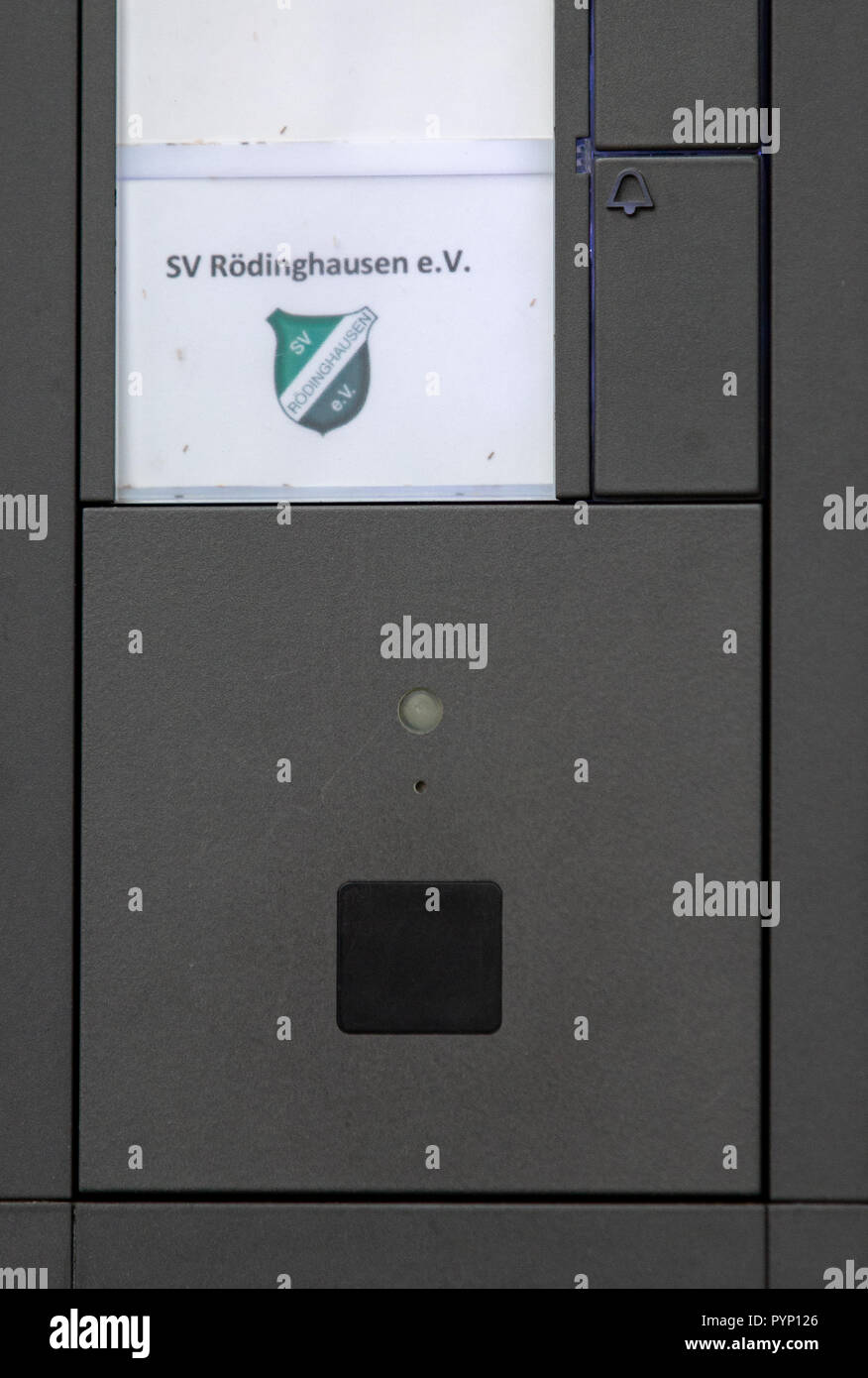 Roedinghausen, Germany. 29th Oct, 2018. Picture of the doorbell of the SV Roedinghausen e.V. office at the Haecker Wiehenstadion. SV Roedinghausen faces off against FC Bayern Munich in the 2nd round of the soccer DFB Cup. The game takes place in Osnabrueck. SV Roedinghausen is currently playing in the football regional league West. The home stadium is in the East Westphalian district of Herford in North Rhine-Westphalia. Credit: Friso Gentsch/dpa/Alamy Live News Stock Photo