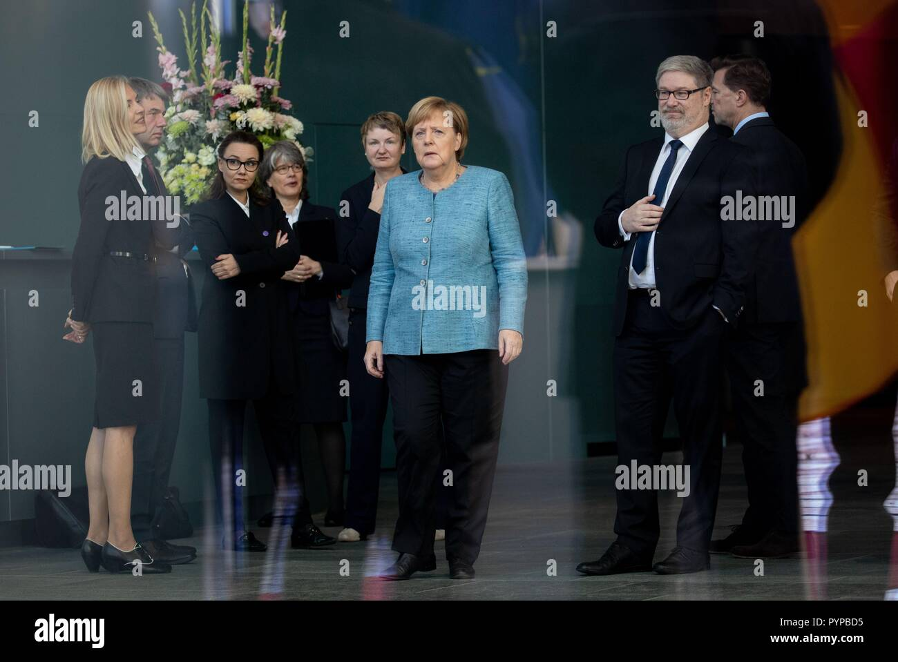 30 October 2018, Berlin: Chancellor Angela Merkel (CDU) is expecting the Prime Minister of the Democratic Federal Republic of Ethiopia before the Federal Chancellery at the beginning of the Africa Summit, alongside Michelle Müntefering (2nd from left, SPD), Minister of State at the Federal Foreign Office, Lars-Hendrik Röller, Head of the Economics and Finance Department at the Federal Chancellery, and Steffen Seibert (r), government spokesman. This is where eleven heads of state and government come to Berlin for the summit meeting. It is about an initiative for more private investment in Afric - Stock Image