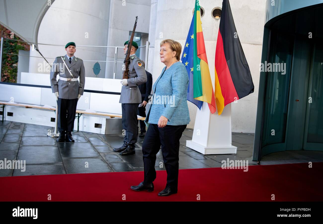 Berlin, Germany. 30th Oct, 2018. Federal Chancellor Angela Merkel (CDU) expects the Prime Minister of the Democratic Federal Republic of Ethiopia before the Federal Chancellery at the beginning of the Africa Summit. This is where eleven heads of state and government come to Berlin for the summit meeting. It is about an initiative for more private investment in Africa, which Merkel launched last year as President of the Group of Leading Economic Powers (G20). Credit: Bernd von Jutrczenka/dpa/Alamy Live News - Stock Image