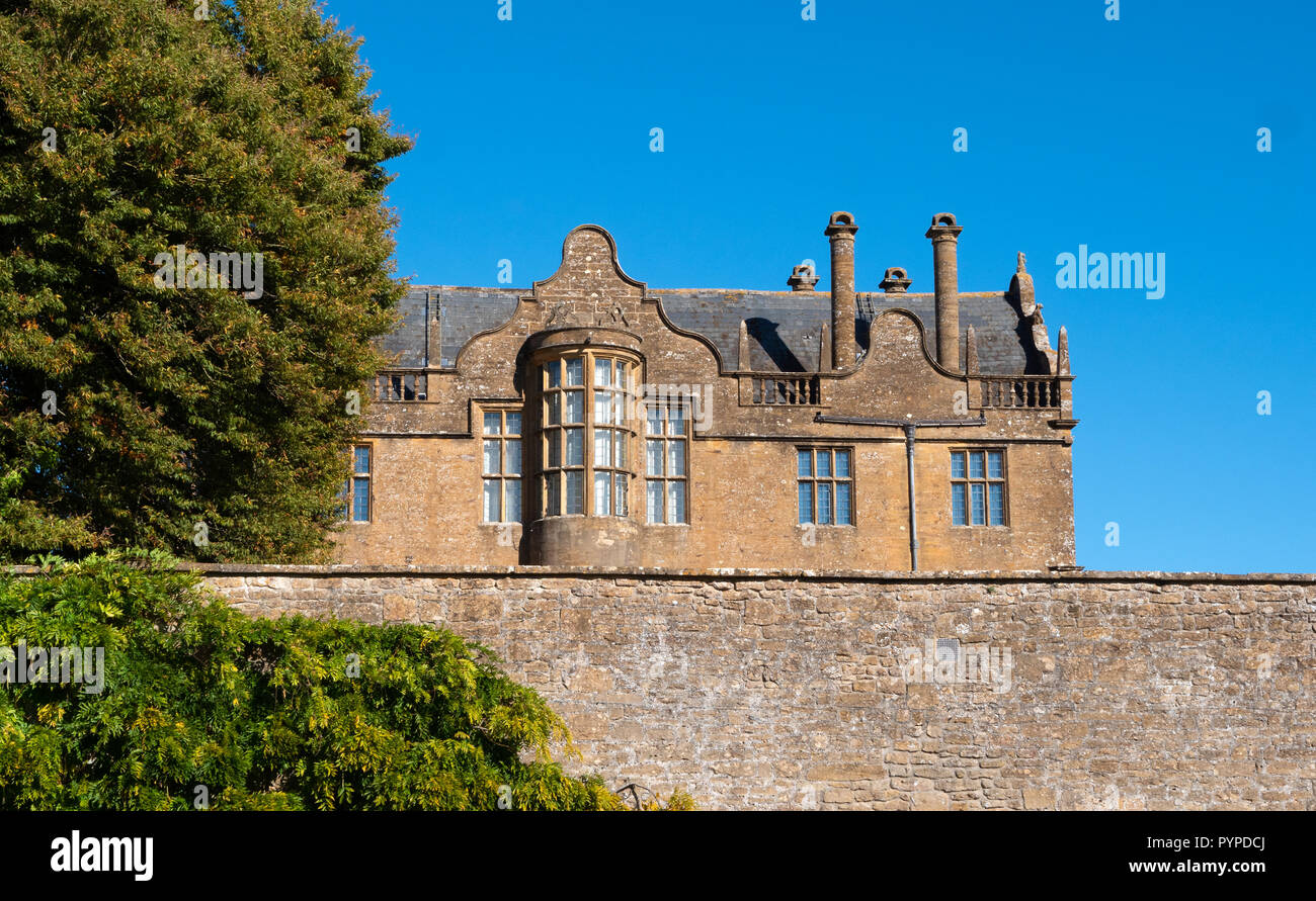 High garden wall and southern aspect of Elizabethan Montacute House withunique bowed oriel window - Somerset UK - Stock Image