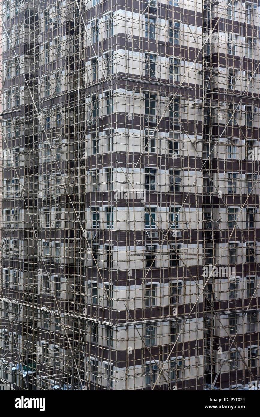 China: Hong-Kong. Scaffolding made of bamboo, along a building's facade - Stock Image