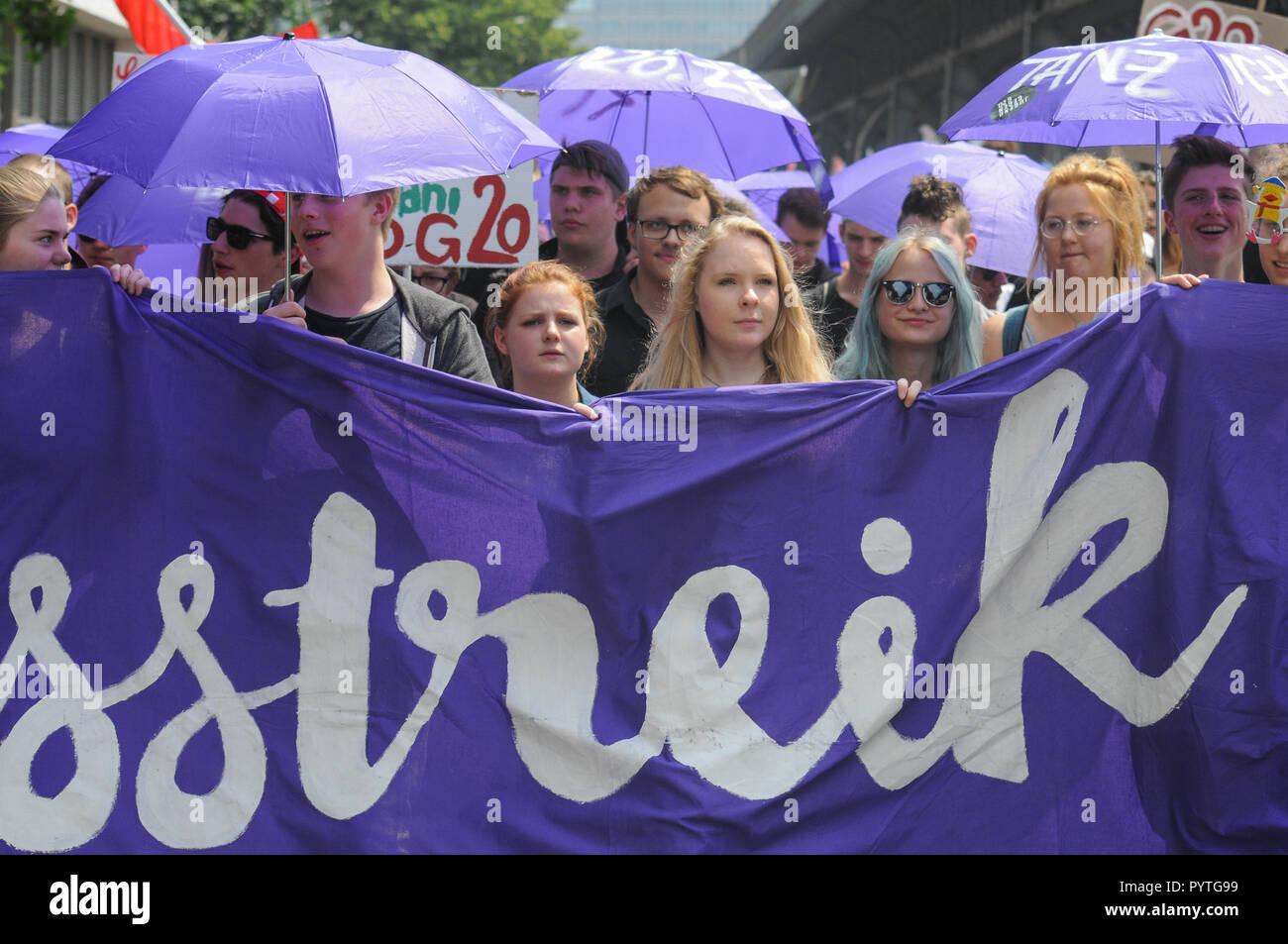Anti G20 protest turn into violent urban riots in Hamburg, Germany - Stock Image