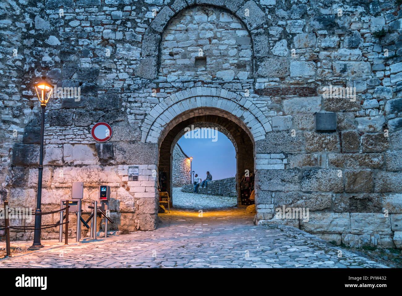 Eingang zur Burgfestung in der Abenddämmerung, Berat, Albanien, Europa |   entrance to Berat Castle at dusk,  Berat, Albania, Europe - Stock Image