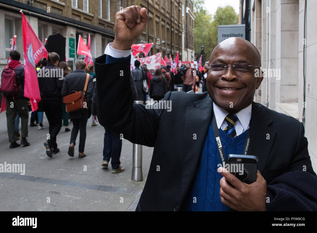 London, UK. 30th October, 2018. A man shows his support for members and supporters of the Independent Workers of Great Britain (IWGB) trade union marching together with other precarious workers from the offices of Transport for London to the University of London via the Court of Appeal in support of Uber drivers who are seeking employment rights. The Court of Appeal will today hear an appeal by Uber against a ruling that its drivers are employees rather than self-employed workers. Credit: Mark Kerrison/Alamy Live News - Stock Image