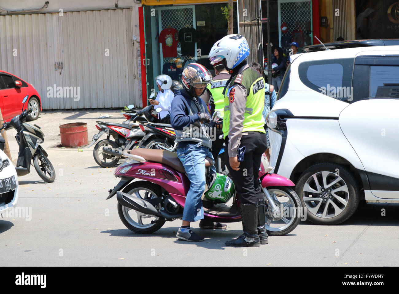 Makassar, Indonesia. 31st Oct, 2018. Vehicle inspections carried out by police officers against a number of vehicles in the city of Makassar, Wednesday October 31, 2018. Inspections in the context of zebra operation Credit: Herwin Bahar/Alamy Live News - Stock Image
