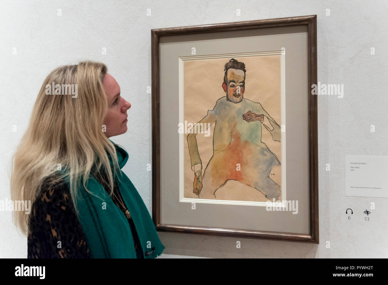 London, UK.  31 October 2018.  A staff member views 'The Cellist', 1910, by Egon Schiele. Preview of 'Klimt / Schiele:  Drawings from the Albertina Museum,Vienna' exhibition at the Royal Academy.  Over 100 works on paper are on display in an exhibition which marks the centenary of the deaths of the two most celebrated and pioneering figures of early twentieth-century art.  The show runs 4 November to 3 February 2019.  Credit: Stephen Chung / Alamy Live News - Stock Image
