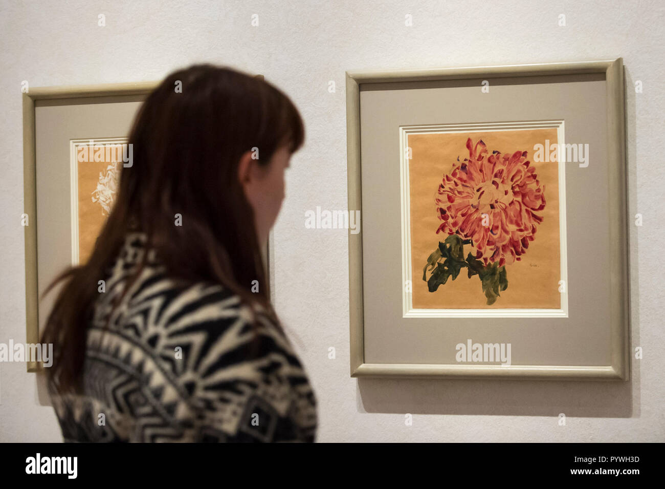London, UK.  31 October 2018. A visitor views 'Red Chrysanthemum', 1910, by Egon Schiele. Preview of 'Klimt / Schiele:  Drawings from the Albertina Museum,Vienna' exhibition at the Royal Academy.  Over 100 works on paper are on display in an exhibition which marks the centenary of the deaths of the two most celebrated and pioneering figures of early twentieth-century art.  The show runs 4 November to 3 February 2019. Credit: Stephen Chung / Alamy Live News - Stock Image