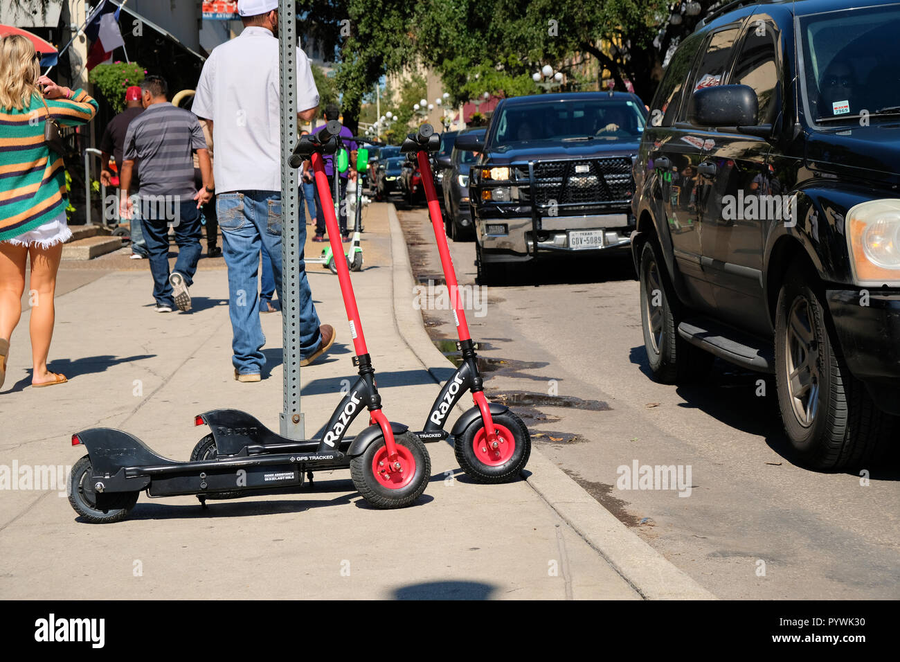 Lækker Razor electric scooters available for rent in downtown San Antonio PV-48