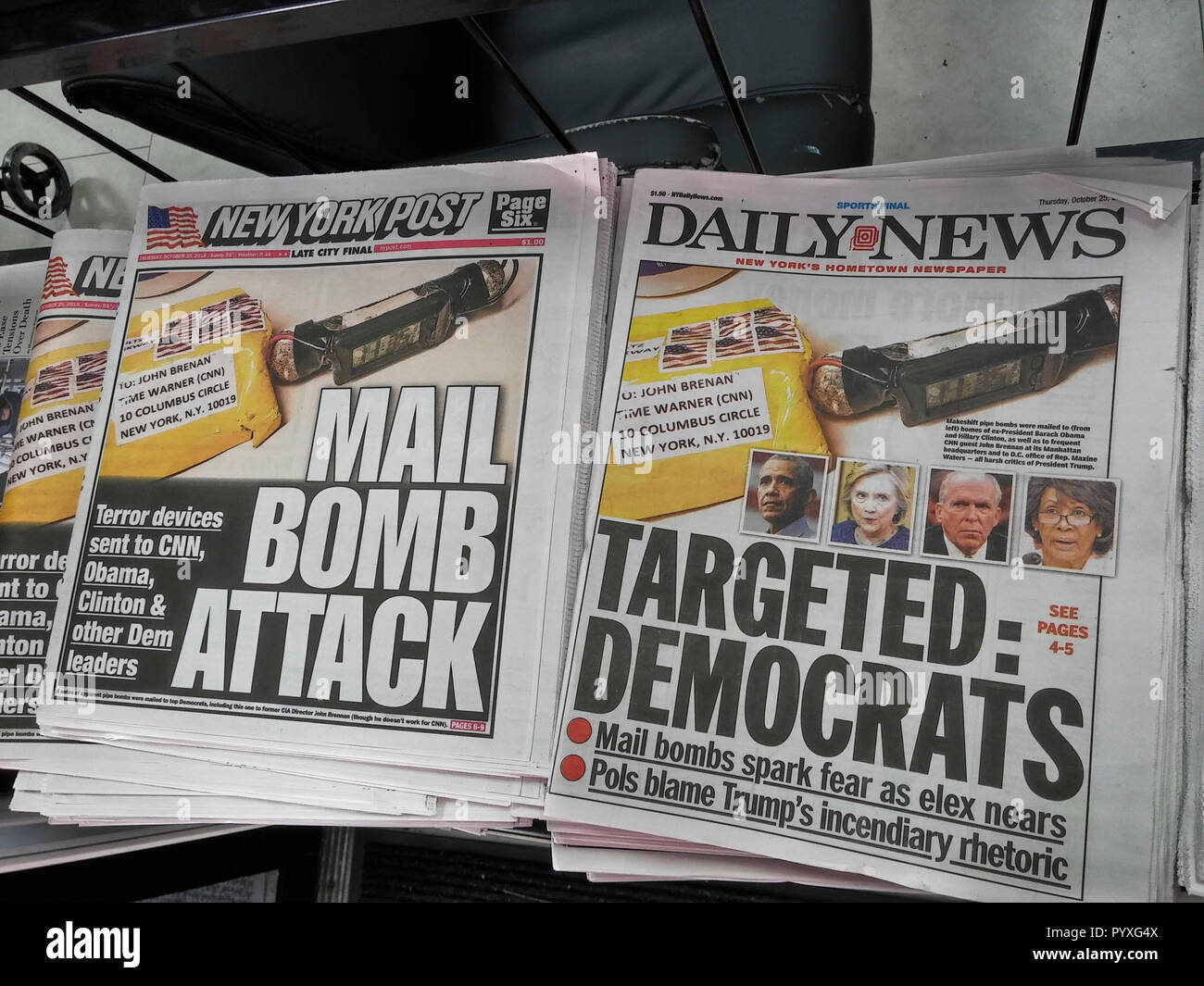 Headlines of the New York Daily News and Post newspapers use identical handout photographs on Thursday, October 25, 2018 to report on the makeshift pipe bombs that were mailed to various prominent Democrats. (© Richard B. Levine) - Stock Image